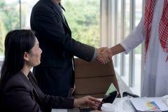 L'agitazione dell'uomo d'affari consegna un negoziato di affare a successo con il gruppo nel luogo di lavoro Immagini Stock