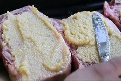 L'aglio di diffusione per aglio encrusted le bistecche mentre stanno friggendo sulla griglia video d archivio