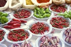 L'aglio fresco dei peperoncini aromatizza il mercato brasiliano degli agricoltori Fotografia Stock
