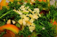 L'aglio tagliato si trova sopra l'insalata immagine stock libera da diritti