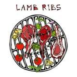 L'agnello Ribs i tagli con le erbe, limone, pomodoro, prezzemolo, timo, pepe Su un BBQ rotondo della griglia Guida della carne pe Fotografia Stock Libera da Diritti