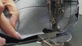 L'ago della macchina per cucire alza ed abbassa rapidamente Processo di cucito della pelletteria Il sarto cuce il cuoio nero dent stock footage