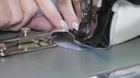 L'ago della macchina per cucire alza ed abbassa rapidamente Processo di cucito della pelletteria Il sarto cuce il cuoio nero dent video d archivio