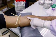 L'ago di uso di procedura della raccolta del sangue dal ` paziente s Fotografia Stock