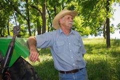 L'agricoltore anziano fa una pausa il trattore Fotografia Stock Libera da Diritti