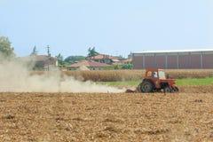 L'agricoltore ara il suo campo con il trattore Fotografia Stock Libera da Diritti
