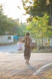 L'agricoltore che cammina a casa dopo il raccolto è completato Fotografia Stock Libera da Diritti