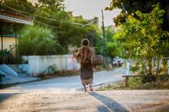 L'agricoltore che cammina a casa dopo il raccolto è completato Immagini Stock Libere da Diritti