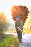 L'agricoltore con un basketel frondoso sta ritornando da lavoro nel mou Immagini Stock Libere da Diritti