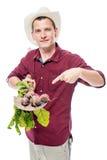 L'agricoltore del giardiniere ha messo su una vanga del raccolto della barbabietola Fotografie Stock