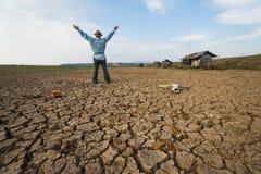 L'agricoltore dell'uomo prega al pericolo di riscaldamento globale del mutamento climatico Fotografia Stock Libera da Diritti