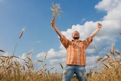 L'agricoltore ha sollevato fiero le sue mani Immagine Stock