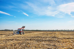 L'agricoltore lavora nel campo su un trattore Immagini Stock