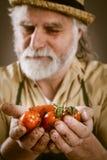 L'agricoltore mostra le sue verdure biologiche Fotografia Stock Libera da Diritti