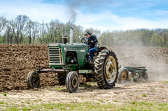 L'agricoltore ostenta il trattore d'annata nel Michigan U.S.A. Immagini Stock Libere da Diritti