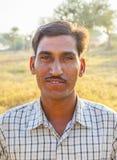 L'agricoltore posa fiero nel suo campo Immagine Stock
