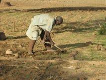 L'agricoltore rurale nel Burkina Faso lotta per preparare asciutto, terreno duro Immagini Stock Libere da Diritti
