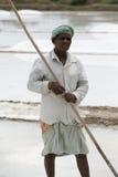 L'agricoltore sta raccogliendo l'azienda agricola del sale, area di Pondicherry Fotografie Stock Libere da Diritti
