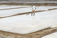 L'agricoltore sta raccogliendo l'azienda agricola del sale, arera di Pondicherry Fotografia Stock Libera da Diritti