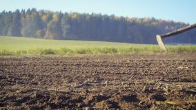 L'agricoltore tratta la terra con una zappa video d archivio