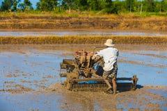 L'agricoltore vietnamita prepara il campo annegato per la semina del riso Immagine Stock Libera da Diritti