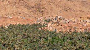 L'agricoltura della palma alla collina pedemontana nella città di Tinghir, Marocco Fotografia Stock
