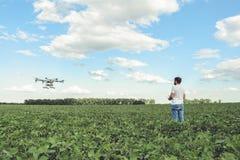 L'agricoltura di controllo di computer di wifi di uso dell'agricoltore del tecnico parla monotonamente il campo verde Immagine Stock Libera da Diritti