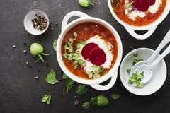 L'agriculteur est un marché organique de la soupe à la betterave avec la crème sure et la micro-verdure dans une cuvette en céram Photos stock