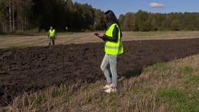 L'agriculteur marche après le champ de tracteur et de vérification banque de vidéos
