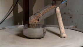 L'agriculteur rectifie la farine et fait le pain cuire au four dans un four russe banque de vidéos
