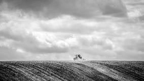L'agriculteur seul moissonne le champ Image libre de droits