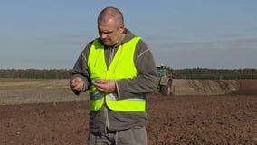 L'agriculteur a vérifié la qualité du sol banque de vidéos