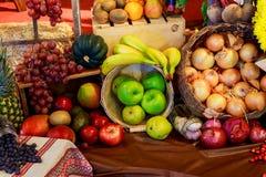 L'agriculture a moissonné des produits sur les planches en bois Image stock