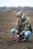 L'agronome vérifie l'humidité de sol avant de semer des céréales photographie stock