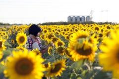 L'agronomo della donna utilizza una compressa per registrare le stime del qualit Fotografie Stock Libere da Diritti