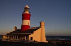 L Agulhas Ligthouse至多南部的点在非洲,在日落期间 免版税库存照片