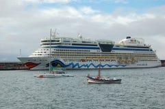 L'AIDA de méga-cruislliner ankering dans le port de Funchal photo stock