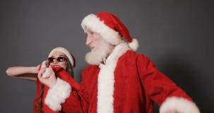 L'aide féminin de Santa vole le sac banque de vidéos
