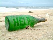 L'aide se connectent une bouteille verte Image libre de droits