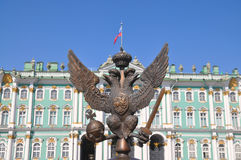 L'aigle à tête double sur la place de palais à St Petersburg Photo stock