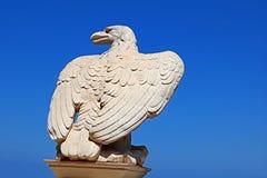 L'aigle en pierre blanc garde la porte aux jardins de Bahai au-dessus du ciel bleu à Haïfa Photos libres de droits