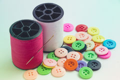 L'aiguille avec la bobine de fil du fil et des boutons, cousent l'instrument Images libres de droits