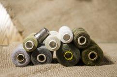 l'aiguille et filètent un kit de couture Images stock