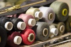 l'aiguille et filètent un kit de couture Images libres de droits