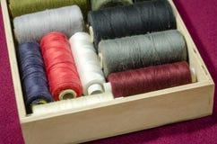l'aiguille et filètent un kit de couture Photo stock