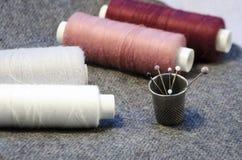 l'aiguille et filètent un kit de couture Image stock