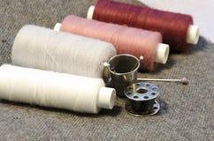 l'aiguille et filètent un kit de couture Photo libre de droits