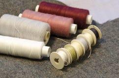 l'aiguille et filètent un kit de couture Photographie stock libre de droits