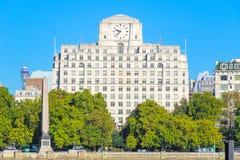 L'aiguille et la fa?ade de Cl?op?tre de Shell Mex House dans Victoria Embankment, Londres images stock