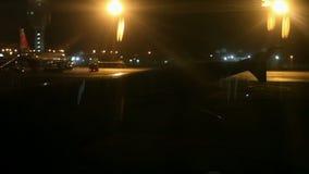 L'aile d'avion a tiré de la fenêtre avant le décollage la nuit clips vidéos